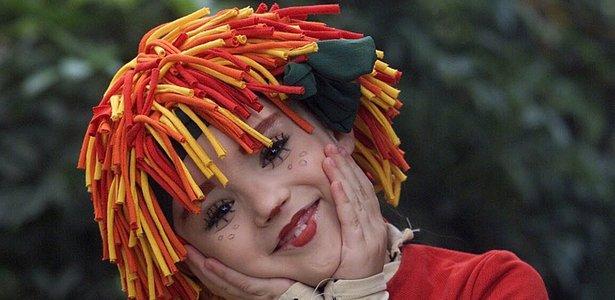 A atriz Isabelle Drummond, 7, no papel de Emília no programa Sítio do Picapau Amarelo, da Globo, durante as gravações em Guaratiba, no Rio de Janeiro, em 2001