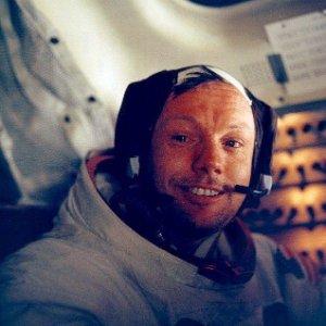 O astronauta norte-americano Neil Armstrong no interior do módulo lunar Apollo 11 no retorno à Terra após visita à Lua. Foto de 20 de julho de 1969 cedida pela Nasa