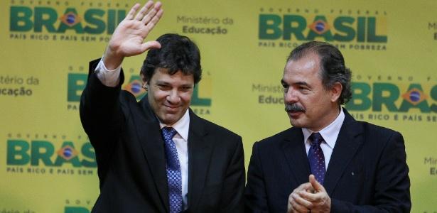 Aloizio Mercadante (dir.) tomou posse hoje no MEC no lugar de Fernando Haddad (esq.)