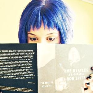 Isabella pintou o cabelo de azul e teria sido impedida de assistir aula em Minas Gerais