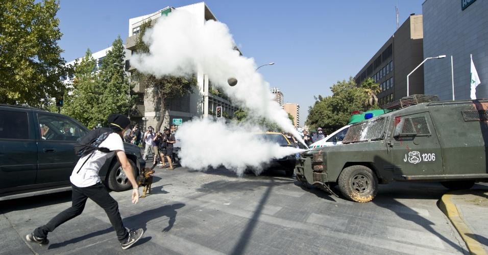 Estudantes e policiais voltaram a se enfrentar nesta quinta-feira (15), no centro de Santiago, durante um protesto contra o presidente Sebastián Piñera