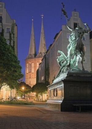 Estátua de São Jorge atacando o dragão, que fica em Spreeufer, no centro de Berlim. Spreeufer, em alemão, significa margem do rio Spree.