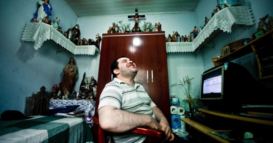 Fernando Becasse, 31, já fez 28 cursos a distância e supera as dificuldades de uma paralisia cerebral