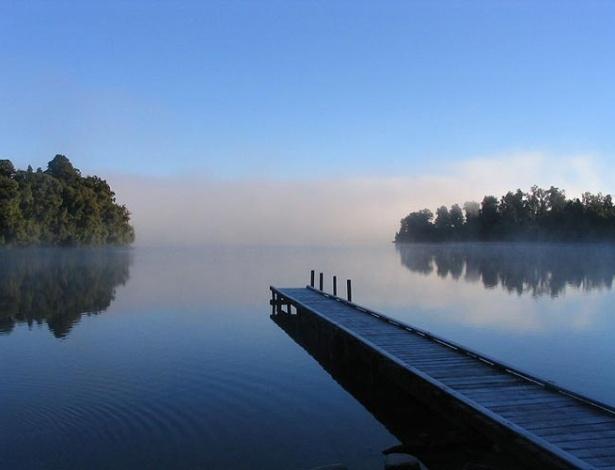A bela foto do lago Mapourika, na Nova Zelândia, dá, de certa forma, a dimensão da importância da água-doce para nossas vidas. Você sabia que cerca de 70% da superfície da Terra é formada por água, embora desse total somente 2,5% sejam água-doce? De lagos, a porcentagem é ainda menor: 0,009%. Confira!