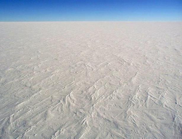 Água em estado sólido é o que não falta na Antártida (ou Antártica). A maior parte do continente é igual a essa que se vê na foto, da Estação Domo C norte-americana. Um gigantesco deserto branco, com 14 milhões de quilômetros quadrados de extensão, sob um manto de gelo com 2,5 quilômetros de espessura em media.