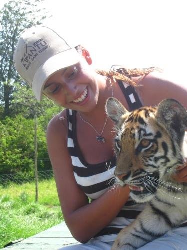 Rafaella Lobo com filhote de tigre em safári