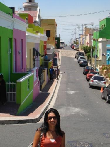 Regina Junko em Bo-Kaap, o bairro mulçumano da Cidade do Cabo, caracterizado por suas casinhas coloridas
