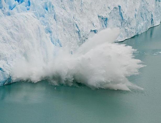 Um bloco de gelo derrete e se desliga do glaciar Perito-Moreno, na Patagônia, Argentina, mergulhando nas águas geladas próximas ao Círculo Polar Antártico. Será que o gelo do Pólo Sul está derretendo, devido ao aquecimento global? Segundo os glaciólogos, não há motivo de preocupação. Veja porquê.
