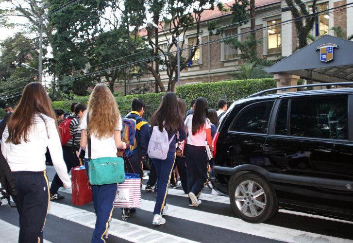 Carros e estudantes