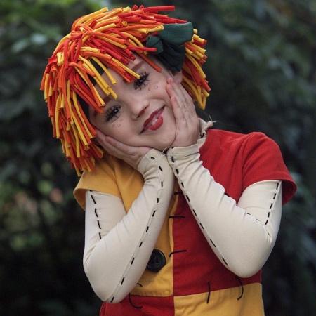 """A atriz Isabelle Drummond no papel de Emília na segunda versão de """"O Sítio do Picapau Amarelo"""" para a TV, em 2001 - Antônio Gaudério/Folha Imagem"""