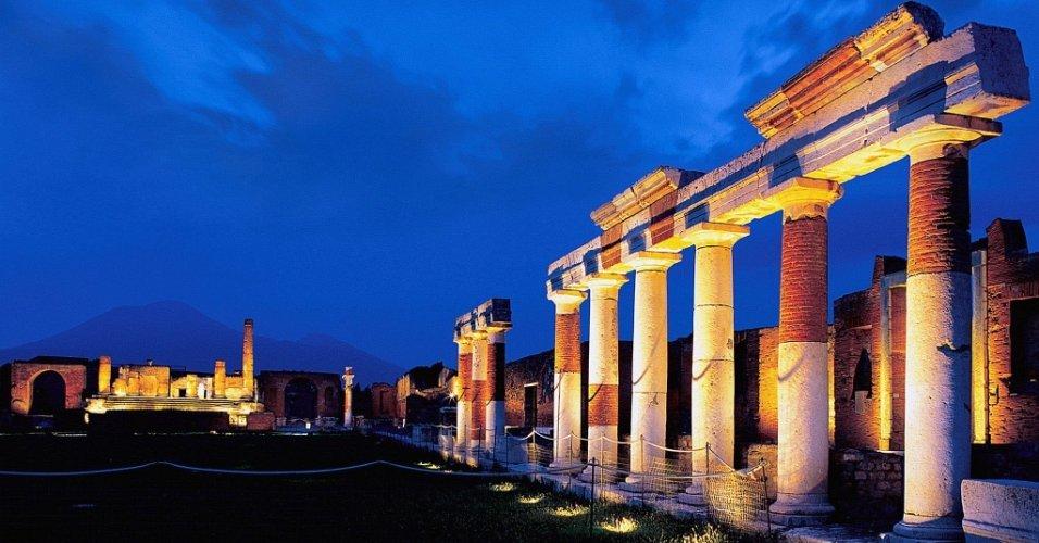 Ruínas de templo antigo da cidade de Pompéia (Itália) com iluminação novo, que permite a visita noturna de turistas