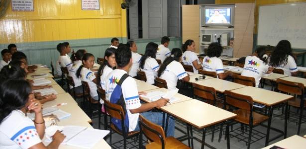 Alunos assistem a aulas a distância para o ensino médio em de Parintins (AM) - Divulgação/Seduc-AM