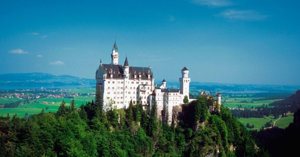 O castelo Neuschwanstein, que parece ter saído de um conto de fadas,está localizado na região sul da Alemanha, a Bavária. Foi construído pelo Rei Ludwig 2º no século 19 em numa colina florestada, acima de um lago