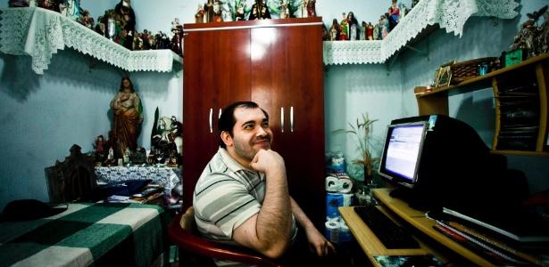 Fernando Becasse, 31, já fez 28 cursos a distância e supera as dificuldades de uma paralisia cerebral - Fernando Donasci/UOL