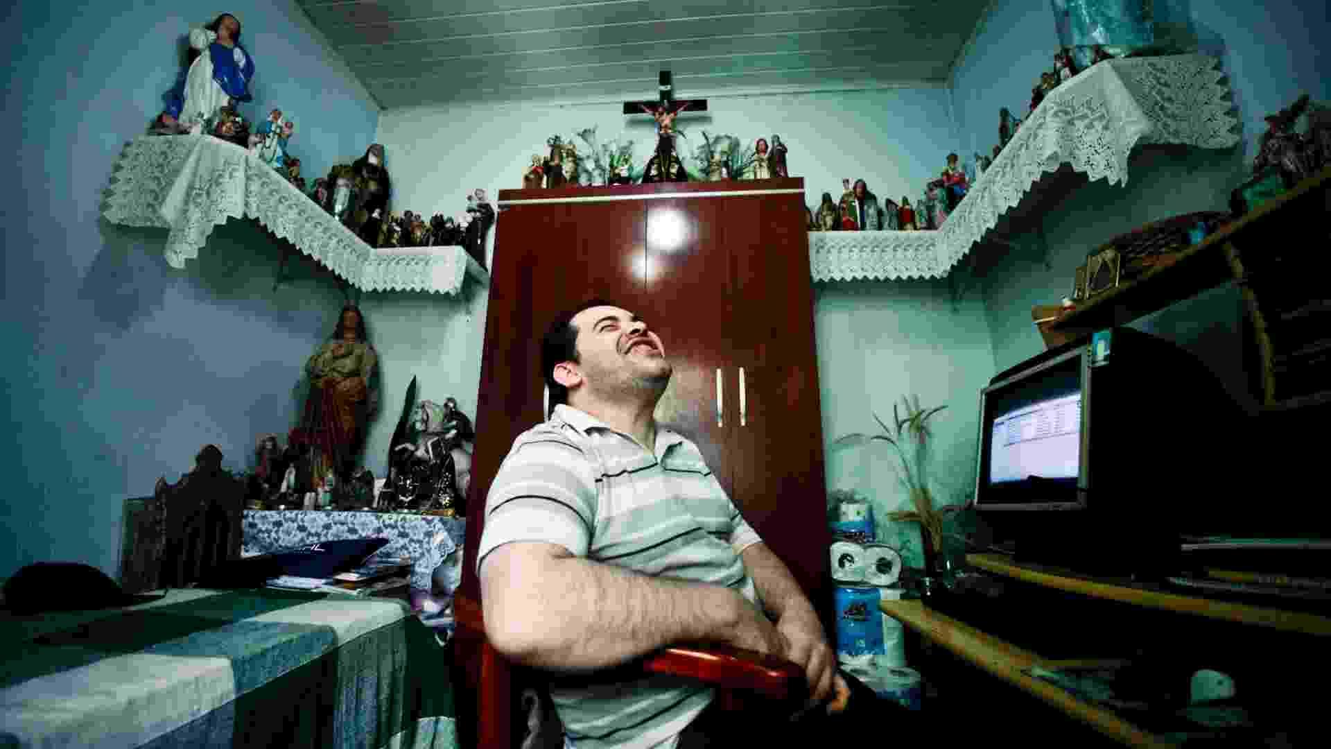 Fernando Becasse, 31, já fez 28 cursos a distância e supera as dificuldades de uma paralisia cerebral - Fernando Donassi/UOL