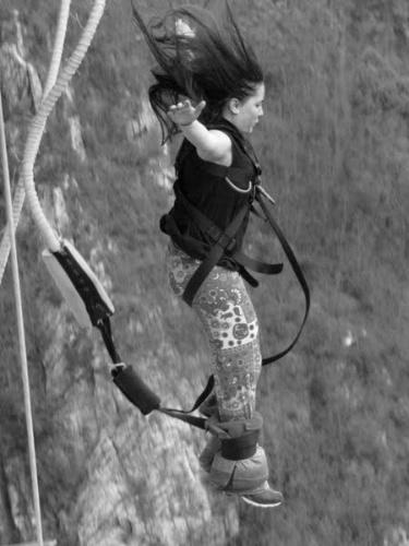 Juliana Martins pulando de bugee jump na África do Sul