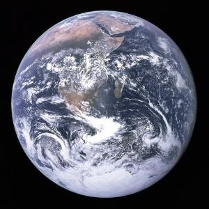 Não há como negar: a Terra é mesmo um planeta-água, como se vê na foto. Note que a água não é apenas o que se vê aqui em azul. As grandes massas brancas são nuvens (água em estado gasoso) e o gelo da Antártida (estado sólido). Que tal mergulhar no assunto e descobrir por que a água é essencial para a vida?