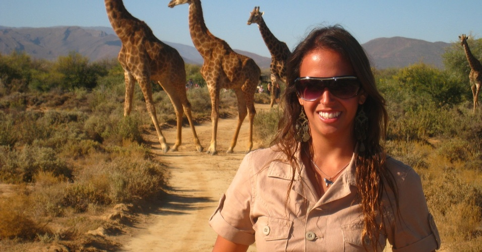Rafaella Lobo com girafas em Addo Elephant Park, um safári próximo à cidade de Porto Elisabeth