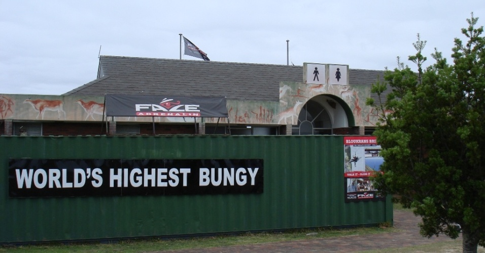 Um dos bungee jumps mais altos do mundo, com 216 metros de altura, fica situado em Bloukrans River Bridge, uma ponte na cidade de Covie, a 50 km da Cidade do Cabo