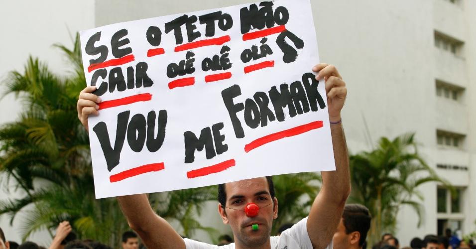 Estudantes do curso de direito da UFBA (Universidade Federal da Bahia) realizaram um protesto nesta quarta-feira (21) com apitaços, abraços coletivos em prédios e uma grande faxina. Os alunos querem um novo processo de licitação das obras de infraestrutura no prédio da faculdade, que foram iniciadas em 2010 e interrompidas no ano passado