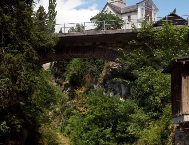 A comuna TifenCastle, a leste de Berna, no Cantão Grisões, tem menos de 300 habitantes e belíssimas paisagens naturais
