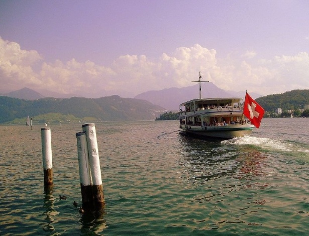 Barco no rio Reuss, na cidade de Gutsch, cantão de Lucerna, na Suíça central