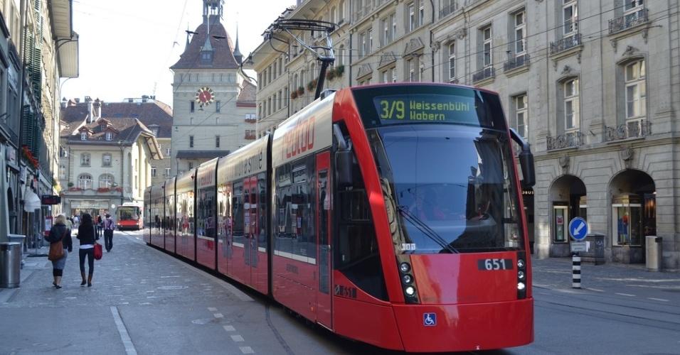 Combino, uma espécie de metrô de superfície, em Berna. Apesar de ser a capital do país, Berna é uma cidade extremamente tranquila, com pouco mais de 133 mil habitantes