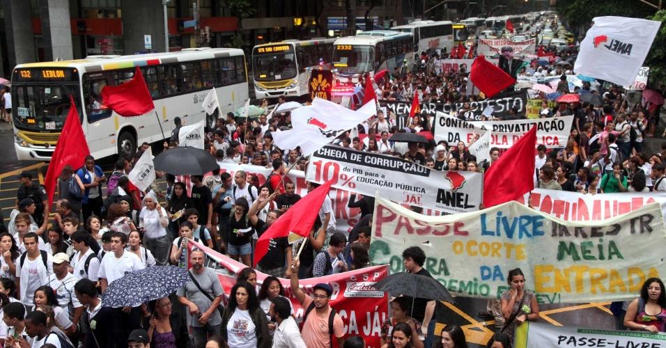 Professores da rede estadual de educação do Rio de Janeiro fazem nesta quarta-feira (28) uma paralisação de 24 horas por melhores condições salariais e de condições de trabalho.  Os educadores exigem reajuste salarial de 36%. Eles vão se juntar aos estudantes da Marcha em Defesa da Educação Pública, que marca os 24 anos da morte, durante o regime militar, do secundarista Edson Luiz