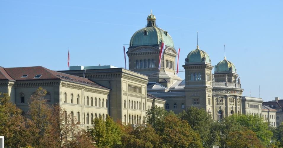 Visão lateral do prédio do parlamento suíço, em Berna