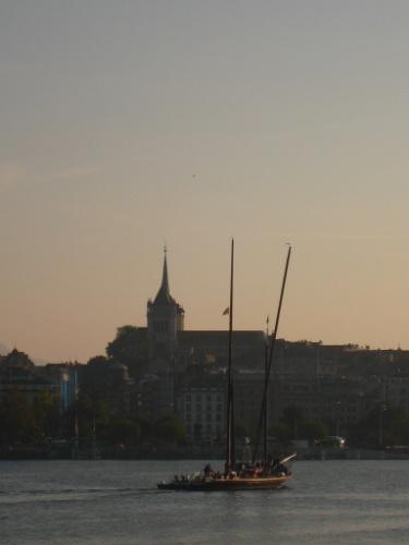Vista para a catedral de Genebra, a principal igreja protestante da cidade, que tem vista para o Jato D'Eau